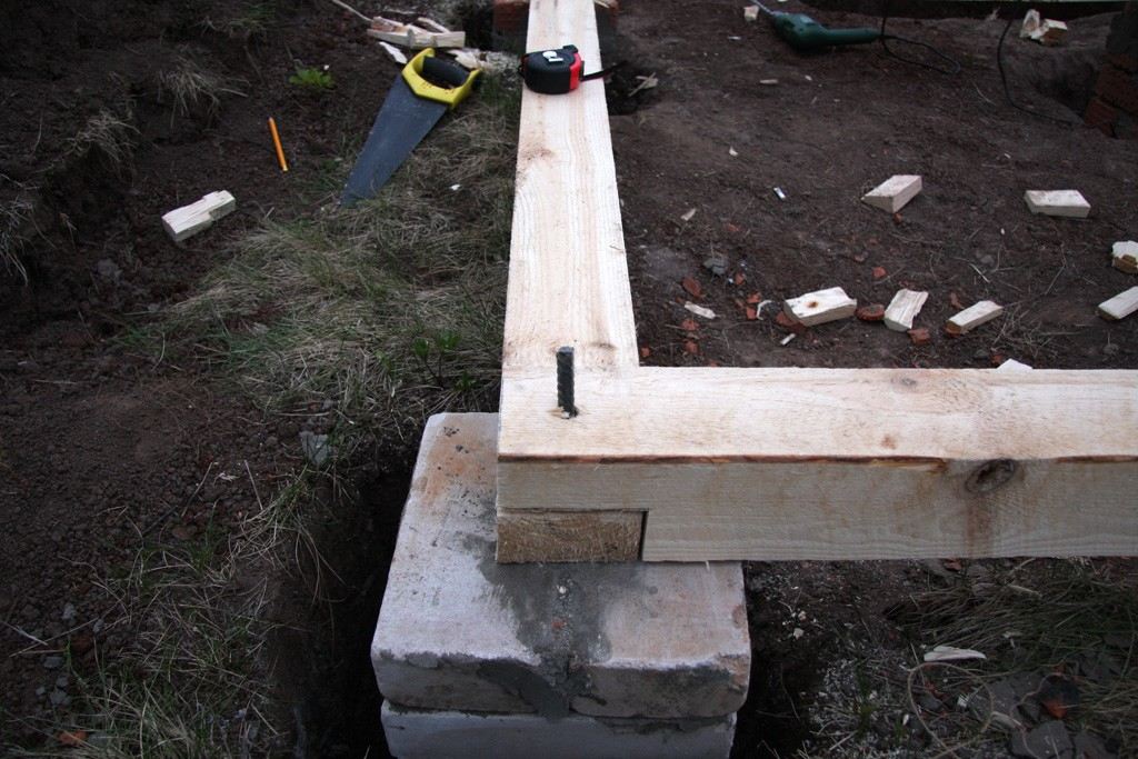 Крепление бруса к фундаментным столбам с помощью замоноличенной арматуры