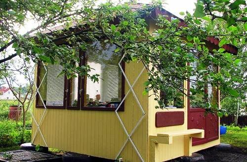 Деревянные элементы постройки обязательно надо обработать защитными составами
