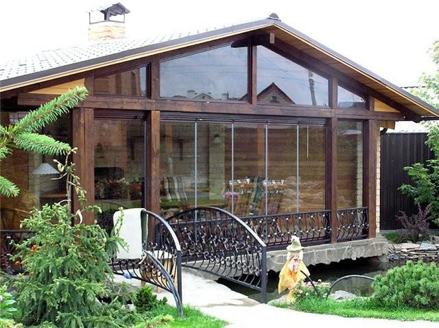 Для утепления помещения используются также деревянные изделия, которые подходят к беседкам из любого материала