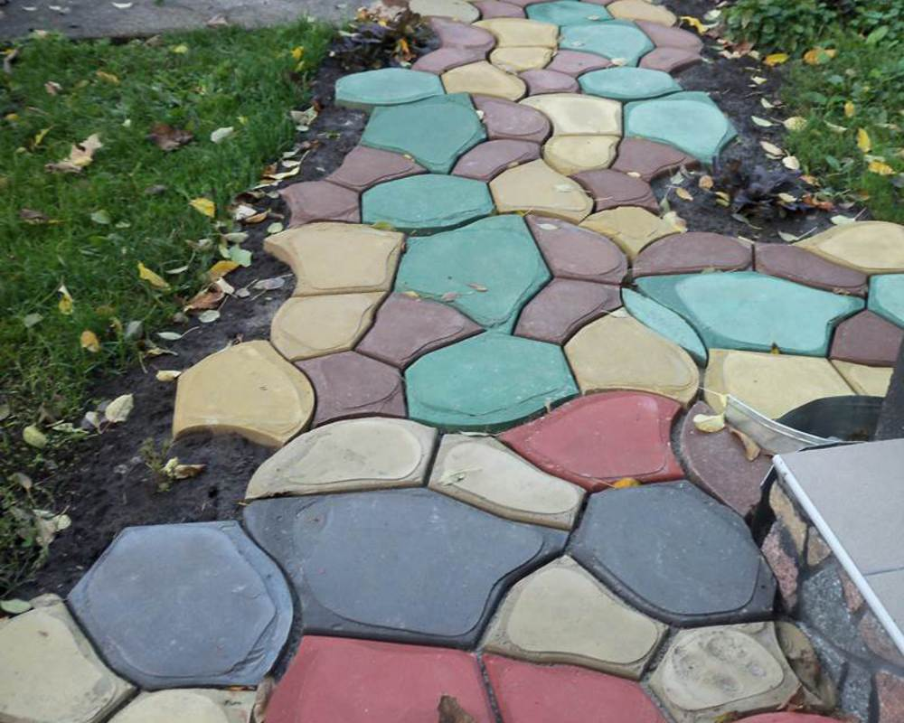 Дорожка из цветных бетонных камней