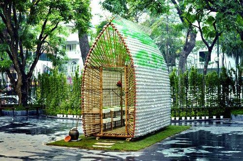 На деревянном каркасе можно сконструировать беседку – домик или полузакрытую беседку – шестигранной формы основания