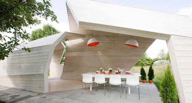 Современный стиль предполагает сочетания базовых элементов и материалов с возведенными до этого постройками