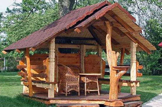 Двускатная крыша для беседки в деревенском стиле
