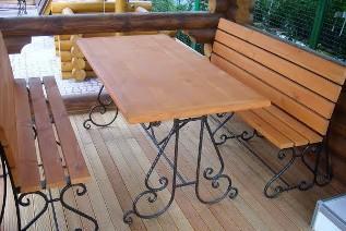 Использование кованых элементов для стола и скамеек в беседку
