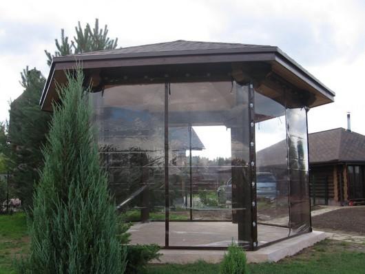 Занавесы для дачных сооружений обычно комплектуются ремнями, молниями, роллетными устройствами