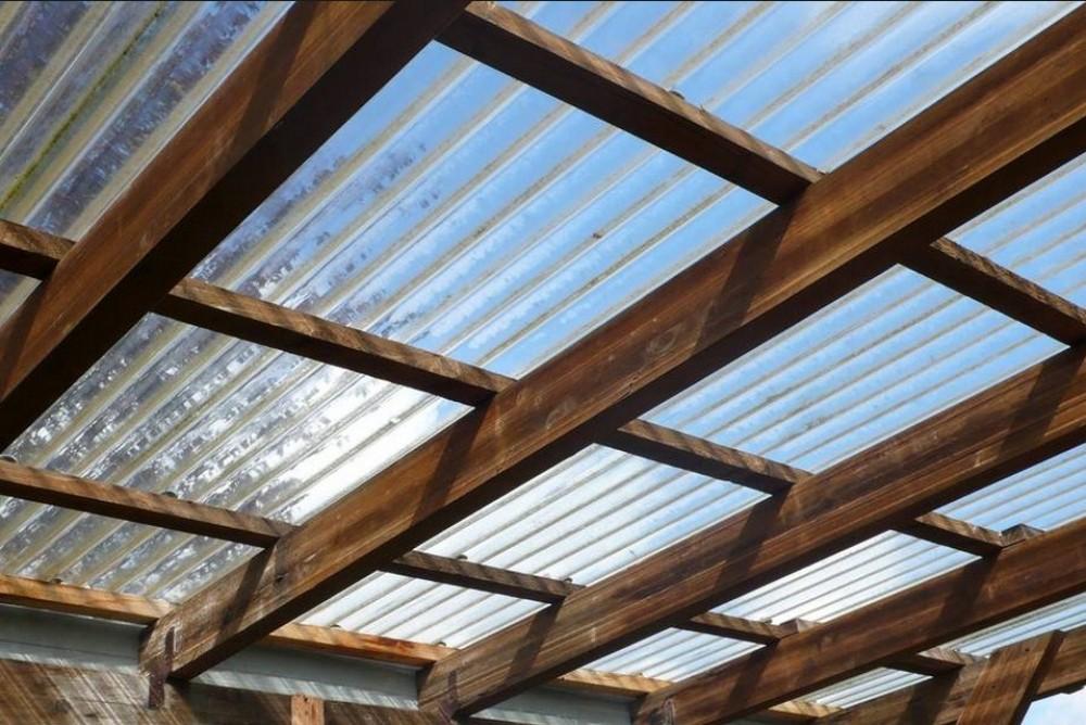 Крыша перголы, покрытая поликарбонатом