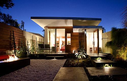 А использование стекла в постройке делает беседку хай-тек: светлой, просторной, уютной