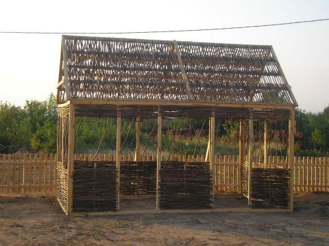 Беседка, выполненная из деревянных брусков и лозы