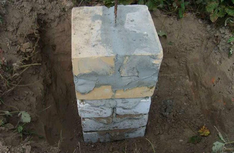 Фундаментная опора для деревянной беседки с металлическим прутом
