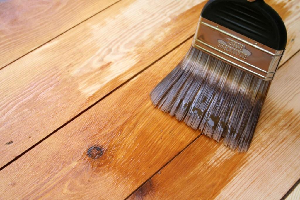 Нанесение лака на деревянную поверхность пола