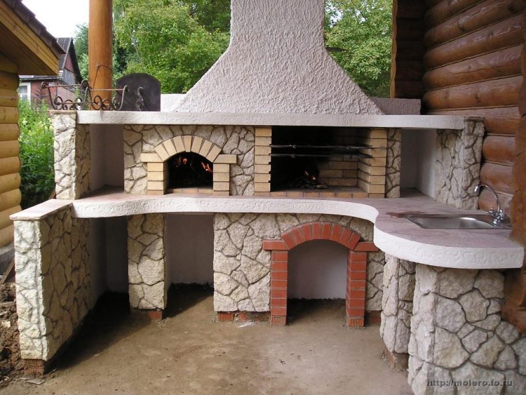 Оригинально выглядят печи и камины, оформленные плитами (различных размеров, форм и фактуре)