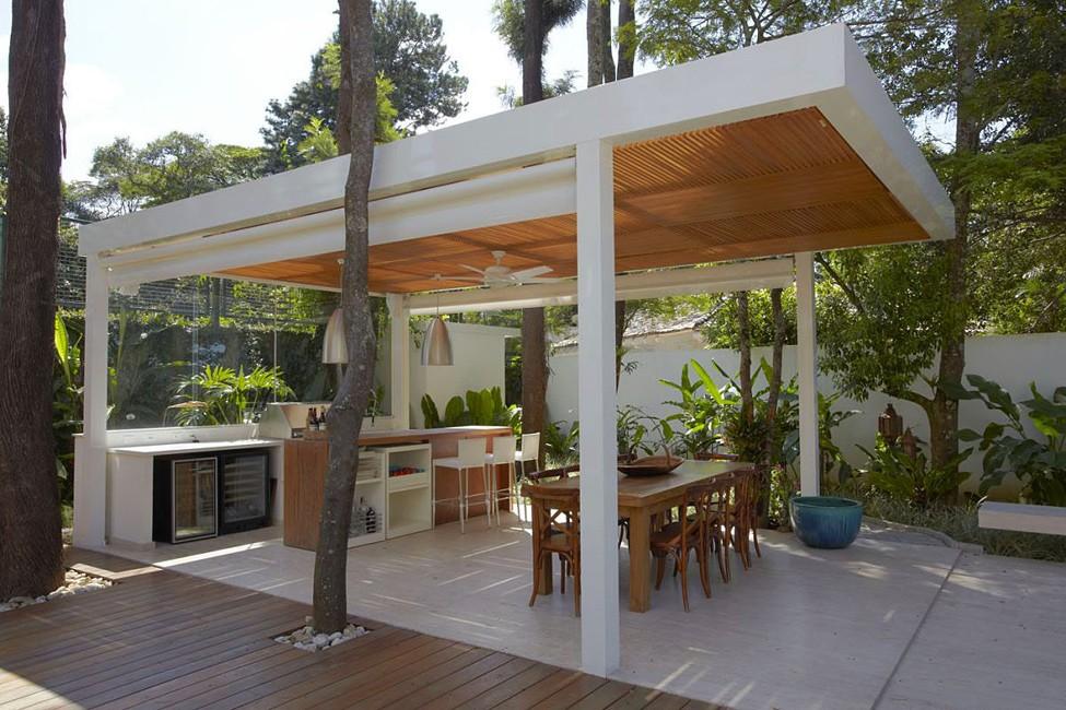 При строительстве дачной беседки в модерн стиле используют: кирпич, метал или массив дерева