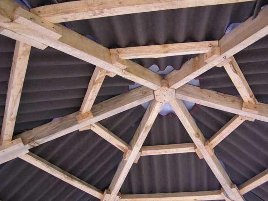 Сооружение шестигранной крыши из дерева