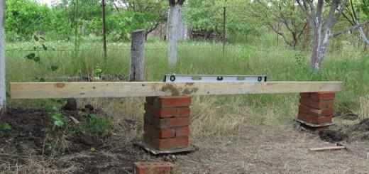 Сверка высоты столбов при помощи уровня