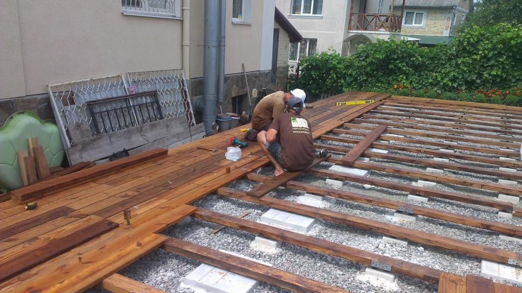 Терраса, каркас которой опирается на бетонные блоки