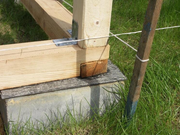 Установка вертикальных опор на нижнюю обвязку