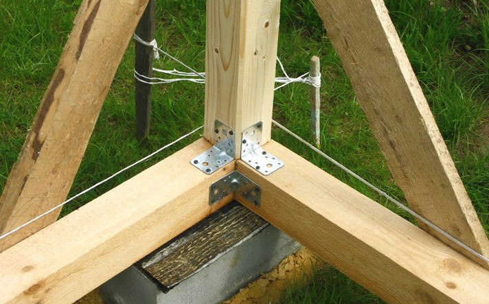 Закрепление вертикальных брусьев на нижней обвязке