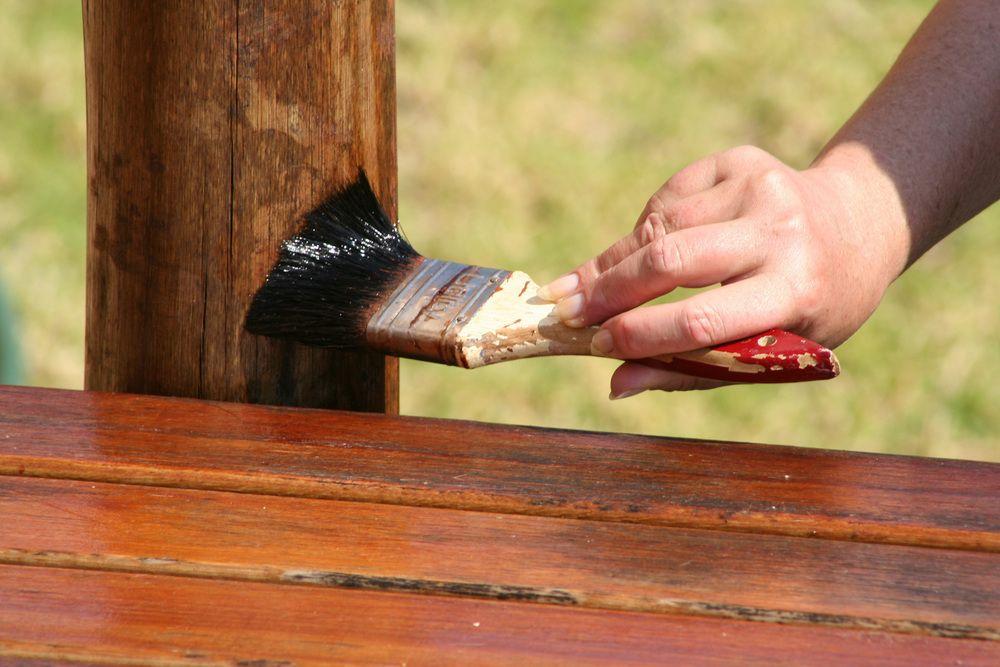 Защита деревянного пола от воздействия влаги и истирания