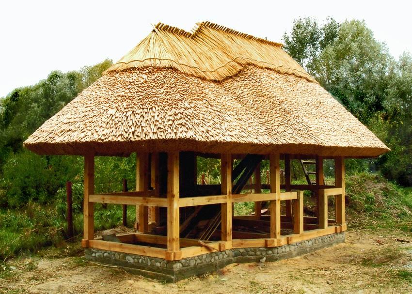 Крыша беседки из природных материалов