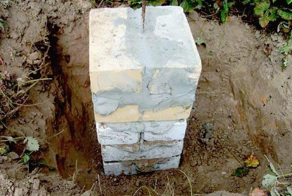 Пример опорного столба фундамента с прутом