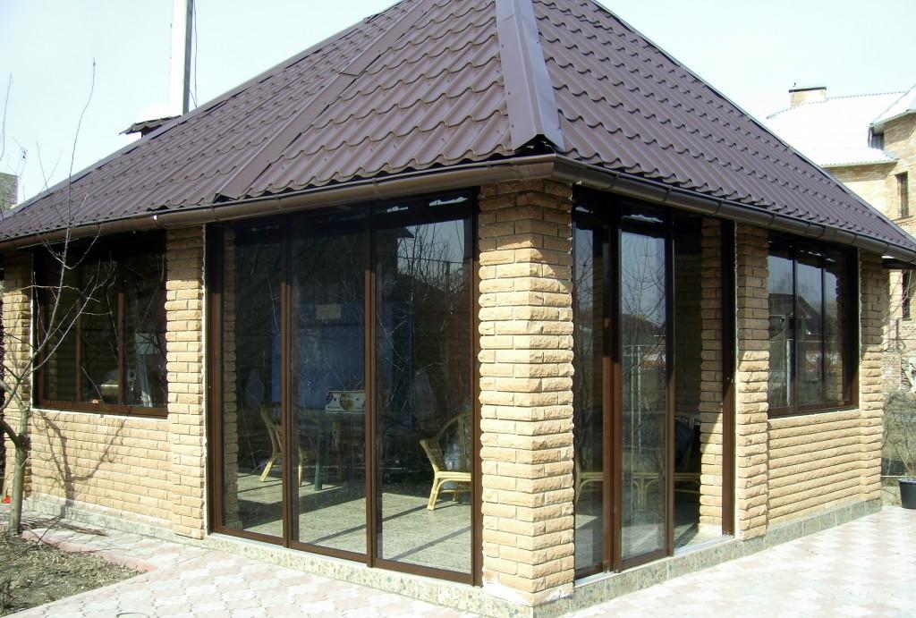 Раздвижные окна и двери в беседке