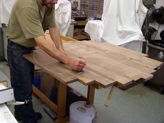 Сборка стола начинается со столешницы.