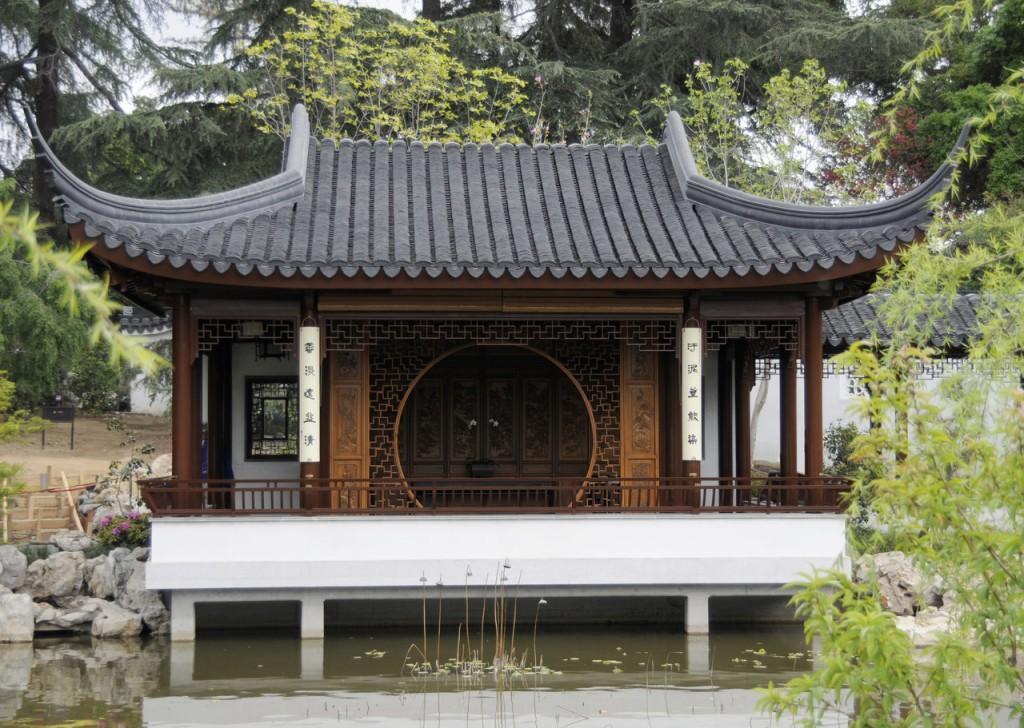 В китайском стиле: беседка у пруда