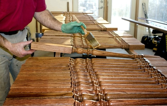 Защитные составы наносят перед началом работы (огнезащитные и противогрибковые препараты, морилка) и в качестве завершающего этапа (лак или воск).