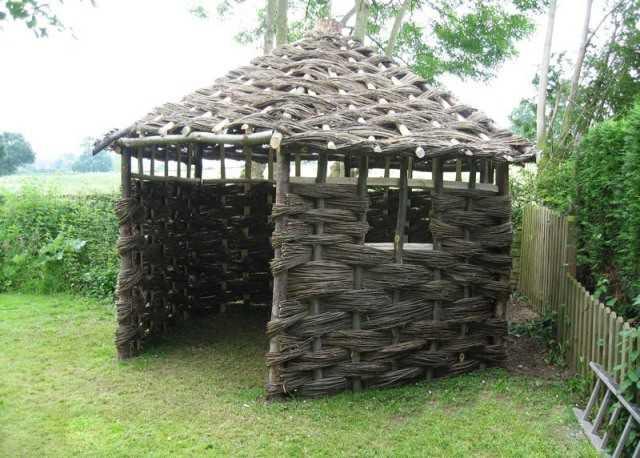 Беседка с плетеной крышей
