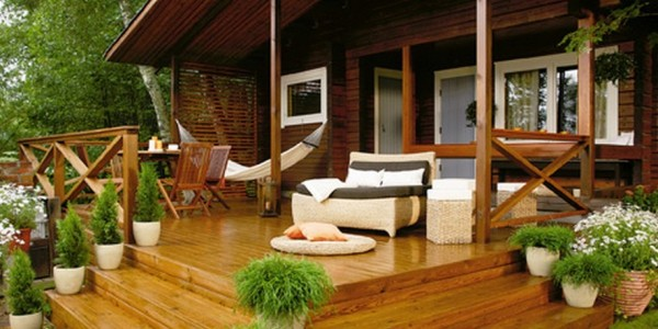 Интерьер террасы деревянного дома