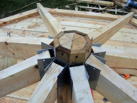 Крепление стропил с помощью опорных накладок для бруса