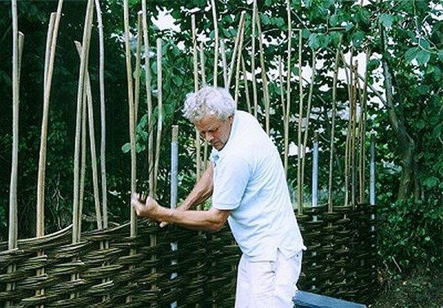 Плетение беседки из прутьев ивы