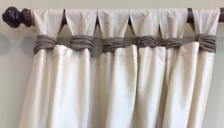 Акриловые шторы на петлях, закрепленные на карнизе.