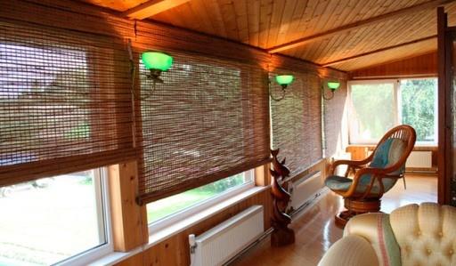 Бамбуковые рулонные шторы и дизайн веранды в экостиле