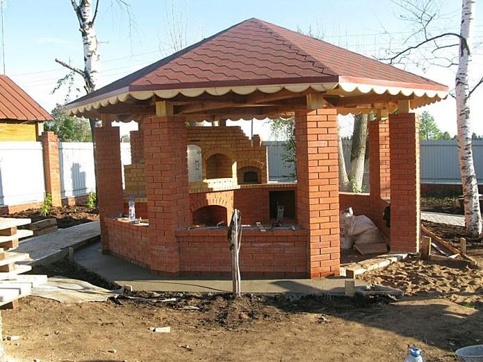 Беседка-кухня из кирпича и деревянного верха
