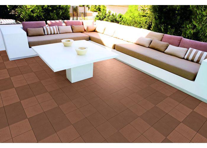 Древесно-полимерная композитная плитка на открытой террасе.
