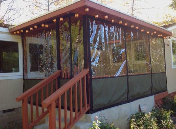 Комбинированный вид защитных штор пвх, сверху прозрачные, снизу более прочные цветные.