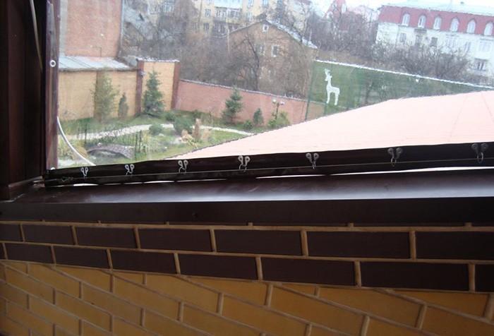Крепеж «мягкого окна» в проеме.