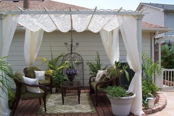 Легкие тканевые шторы для открытой террасы.