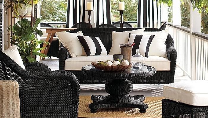 Плетеная мебель для открытой террасы.