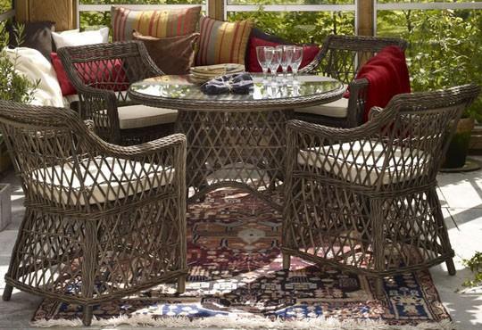 Плетеная мебель из ротанга на открытой террасе.