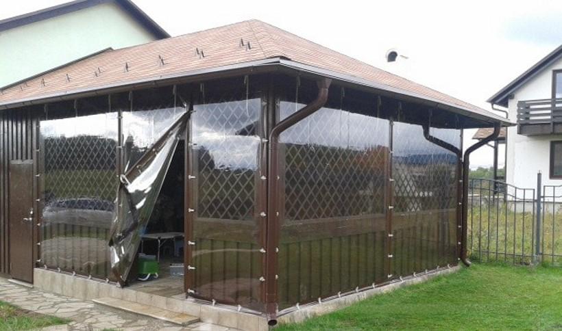 Прозрачные шторы из пвх со входом.