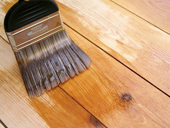Для окраски часто выбирают привычную масляную краску из-за ее низкой стоимости.