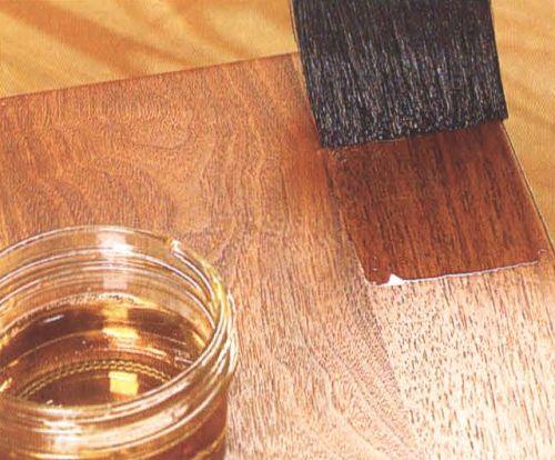 Лак относится к самым распространенным средствам для обработки древесины.