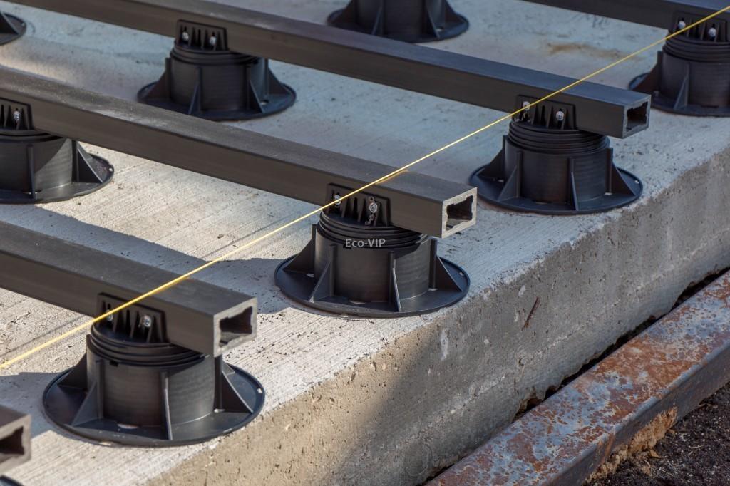 Лаги террасы, установленные на регулируемые опоры
