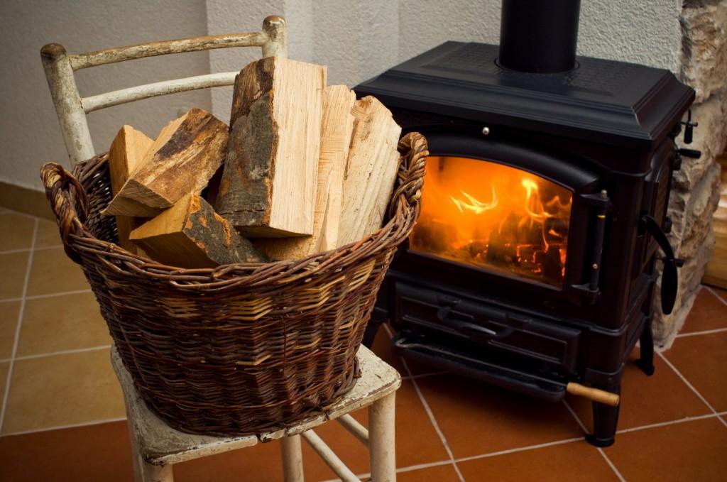 Небольшая печь «буржуйка» со встроенным камином.