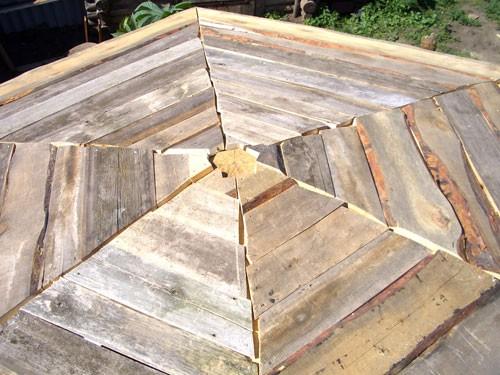 Пол на шестигранной веранде, выполненный из необрезной доски.