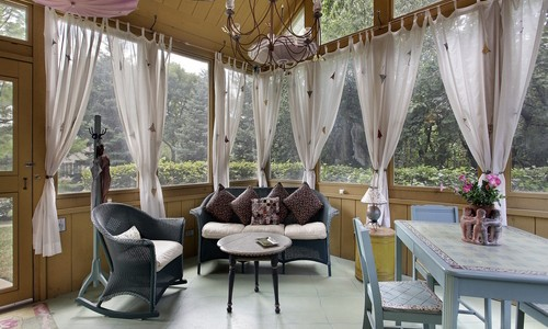 Полупрозрачные шторы на веранде