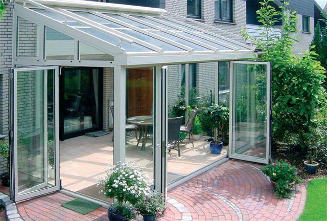 Закрытая остекленная терраса с раздвижными стенами и съемной крышей.