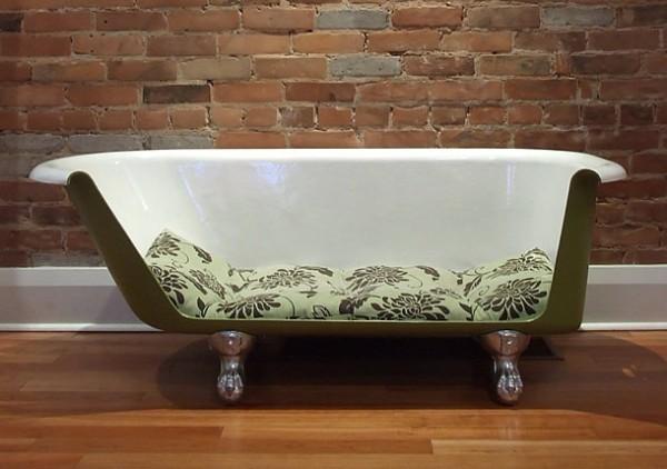 Диван из старой ванны. Обрезается одна наружная стенка, срезы шлифуются. Если разрезать ванну симметрично по середине, то получатся два небольших двухместных диванчика.